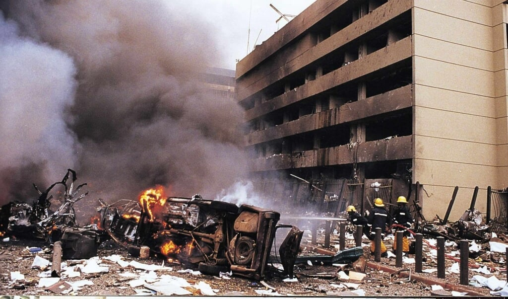 Ravage na de dodelijke aanslag op de Amerikaanse ambassade in de Keniase hoofdstad Nairobi, op 7 augustus 1998. Exact 22 jaar later werd Muhammed al-Masri, een bij de aanslag betrokken al-Qaedaleider, in Teheran geliquideerd.  (beeld EPA)