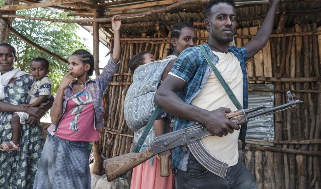 Een lid van een Amhaarse militie met een kalasjnikov. De regio Amhara maakt aanspraak op een deel van Tigrays grondgebied.   (beeld afp / Eduardo Soteras)