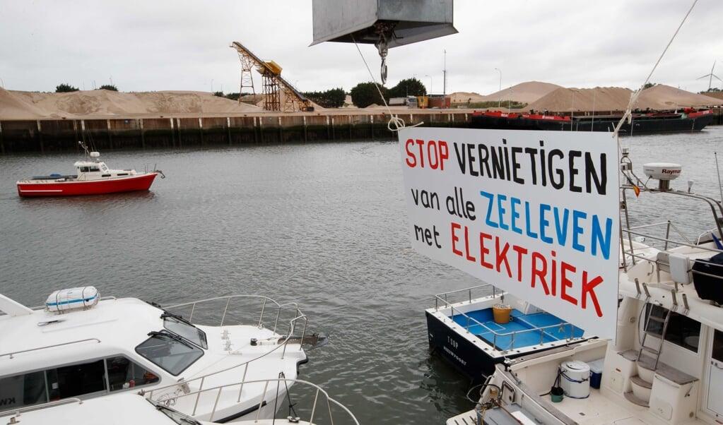 De pulsvisserij roept bij tegenstanders veel emoties op, zoals hier in 2018 in het Belgische Nieuwpoort.  (beeld afp / Kurt Desplenter)