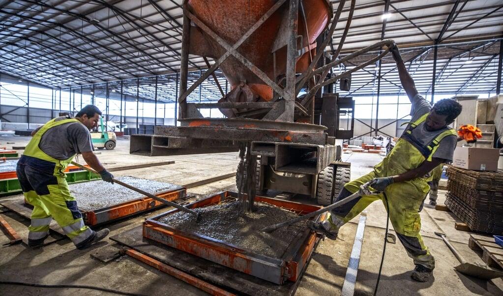Zaandam- speciaal gerecycled duurzam beton wordt gemaakt bij Smart Circulair product in zaandam waarvan o.a. platen voor fietspaden worden gemaakt. bij repo foto raymond rutting / de volkskrant  (beeld Raymond Rutting)