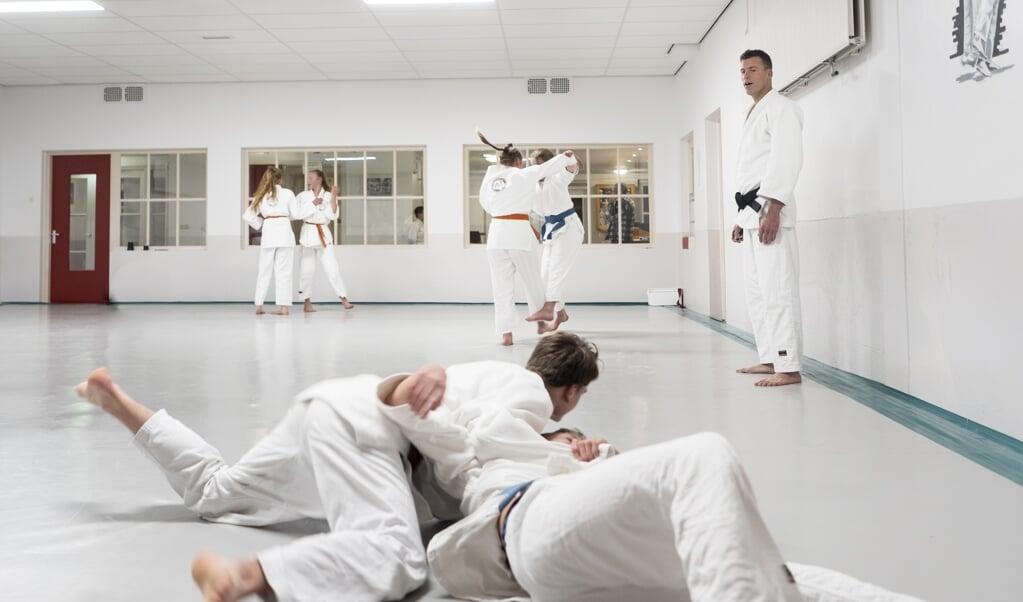 Tim van Doorn geeft judoles in de sportschool van Wim van Doorn in Rhenen.  (beeld Niek Stam)