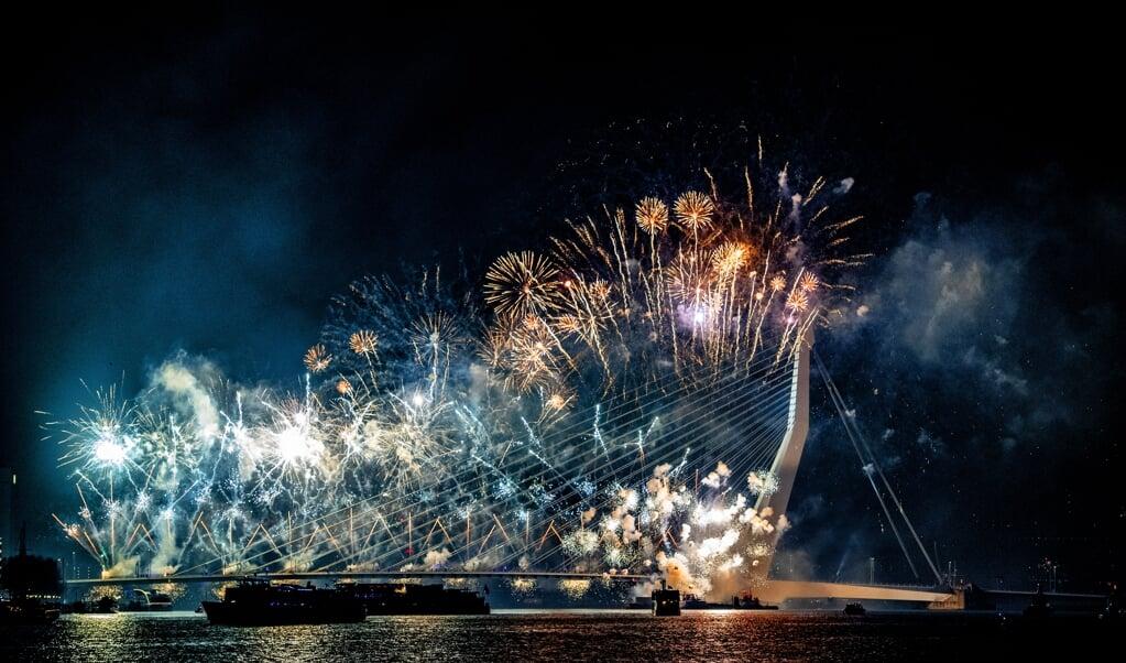 ROTTERDAM - Het Nationale Vuurwerk op de Erasmusbrug  (beeld anp / Robin Utrecht)
