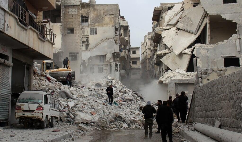 Met verwoestende aanvallen, ook op woonwijken en vluchtelingenkampen, wil het Syrische regime het verzet in Idlib breken. Verantwoording voor de vele burgerdoden hoeft het van bondgenoot Rusland niet af te leggen.  (beeld AFP/Omar haj Kadour)