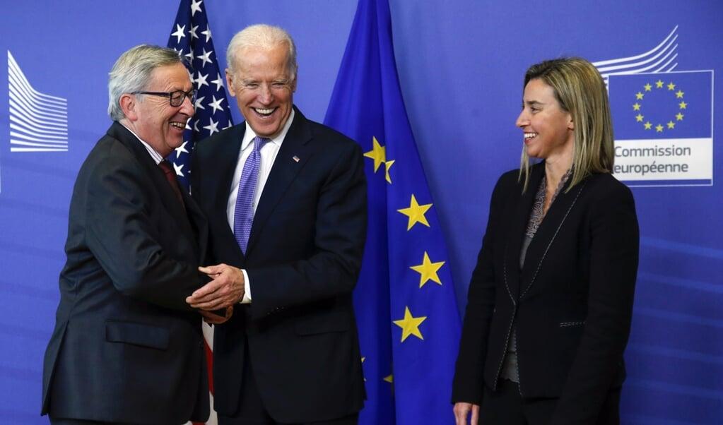 In 2015 bezocht de toenmalige Amerikaanse vicepresident Joe Biden de Europese Commissie. Voorzitter Jean-Claude Juncker was tevreden.  (beeld epa / Olivier Hoslet)