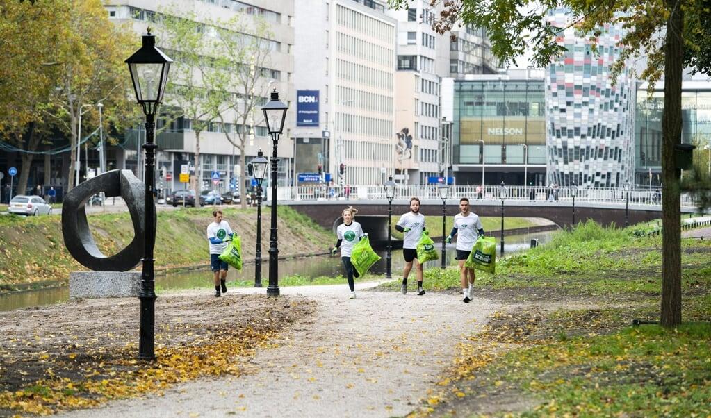 Ploggers langs de singel in Utrecht.  (beeld Jeroen Jumelet)