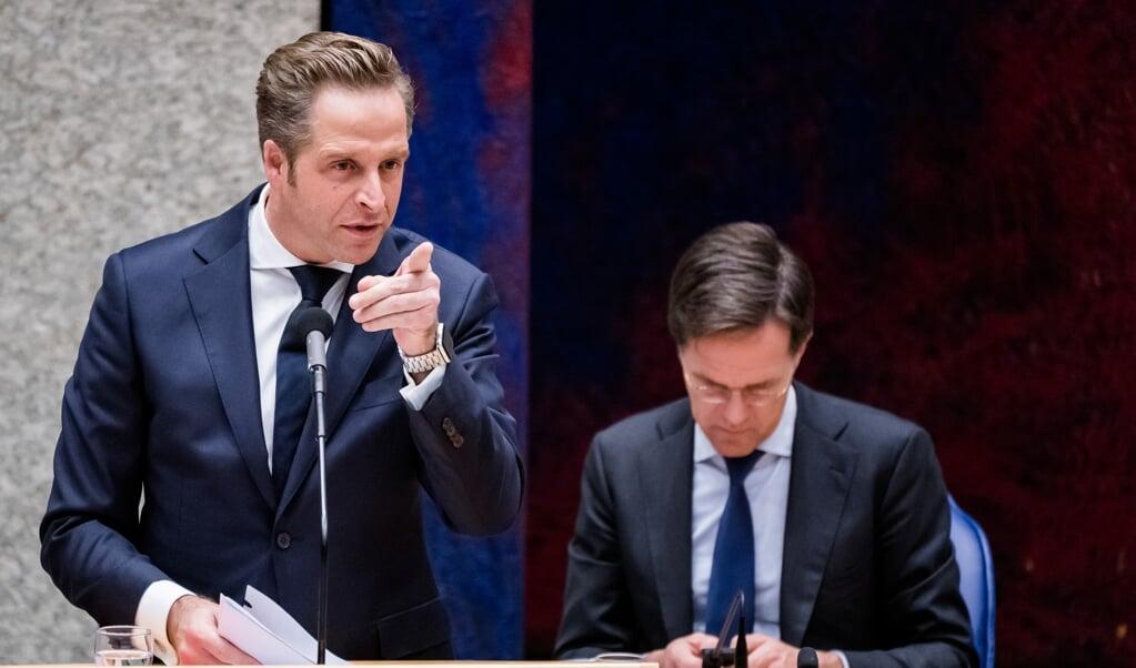 Minister Hugo de Jonge en premier Mark Rutte tijdens het plenaire debat in de Tweede Kamer.  (beeld anp / Bart Maat)