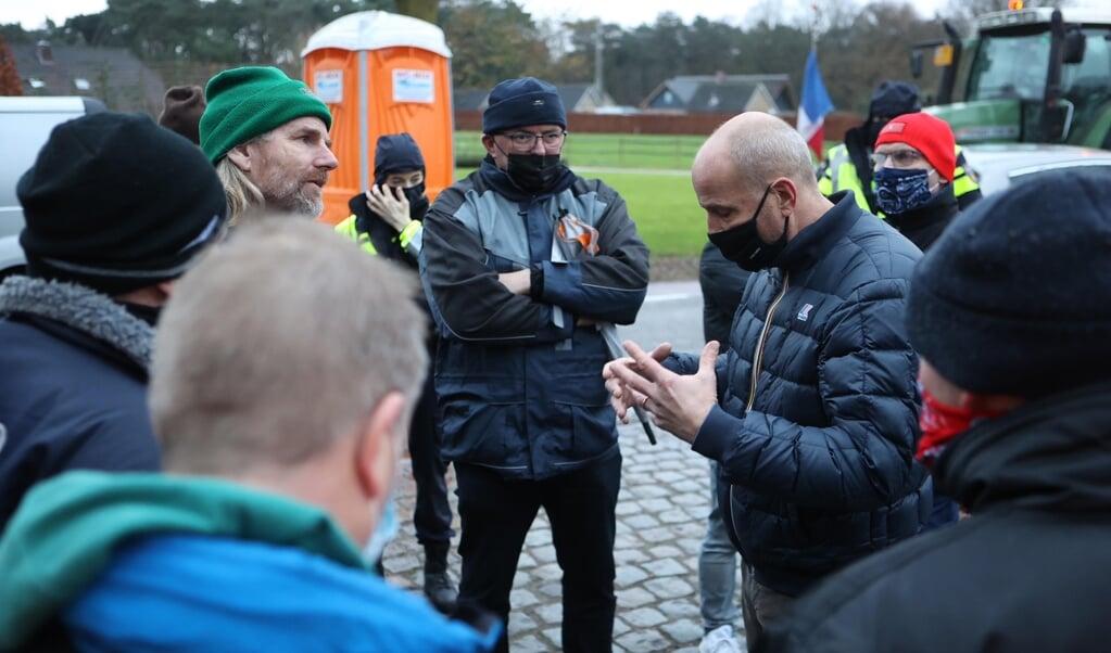 Een groep van ongeveer tien boeren reisde naar het Brabantse Heeswijk-Dinther om te praten met Jumbo-directeur Frits van Eerd.  (beeld anp / Bart Meesters)