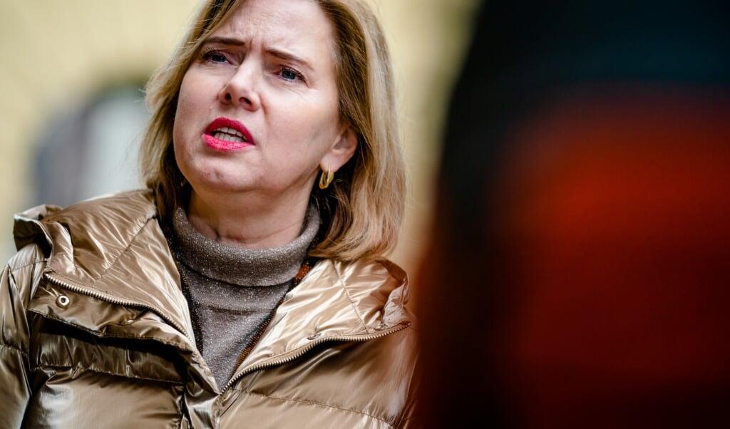 Minister Cora van Nieuwenhuizen bekijkt of het mogelijk is om reizigers te verplichten tot een verklaring waaruit de noodzakelijkheid van de reis blijkt.  (beeld anp / Bart Maat)