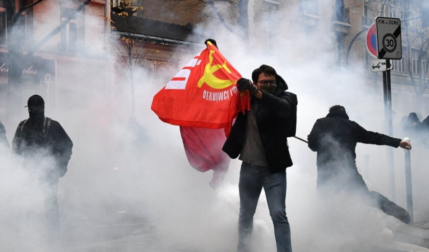 Politie zette traangas in bij protesten.  (beeld afp / Anne-Christine Poujoulat)