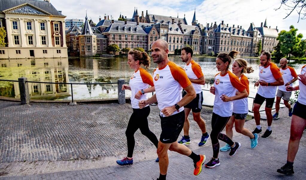 Een hardloopclinic in Den Haag, september 2019, onder leiding van oud-topschaatser Erben Wennemars.  (beeld anp / Robin Utrecht)