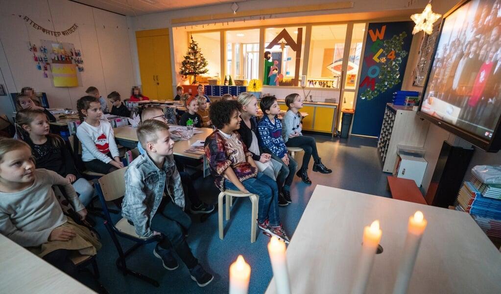 Groep 4 van christelijke basisschool Juliana kijkt naar de speciale kerstfilm.   (beeld Jeroen Jumelet)