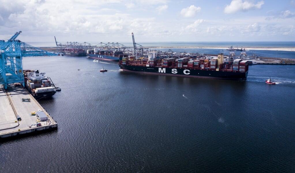 De MSC Gulsun, het grootste containerschip ter wereld, arriveert in de Rotterdamse haven.  (beeld anp / Sem van der Wal)