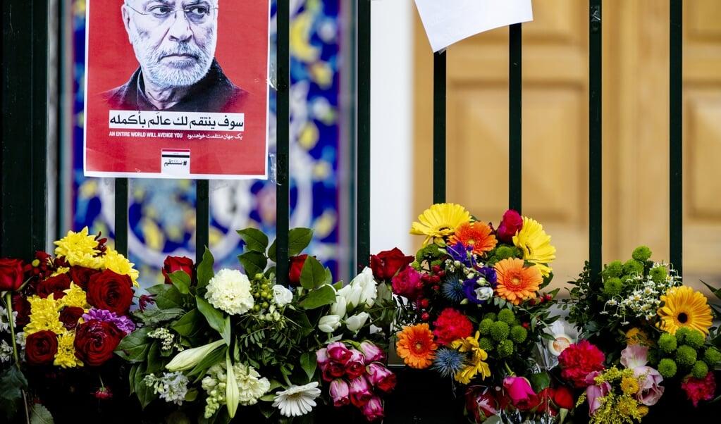 Bloemen en posters bij het hek van de Iraanse ambassade ter nagedachtenis aan de onlangs omgebrachte Iraanse generaal Qassem Soleimani.  (beeld anp / Sem van der Wal)