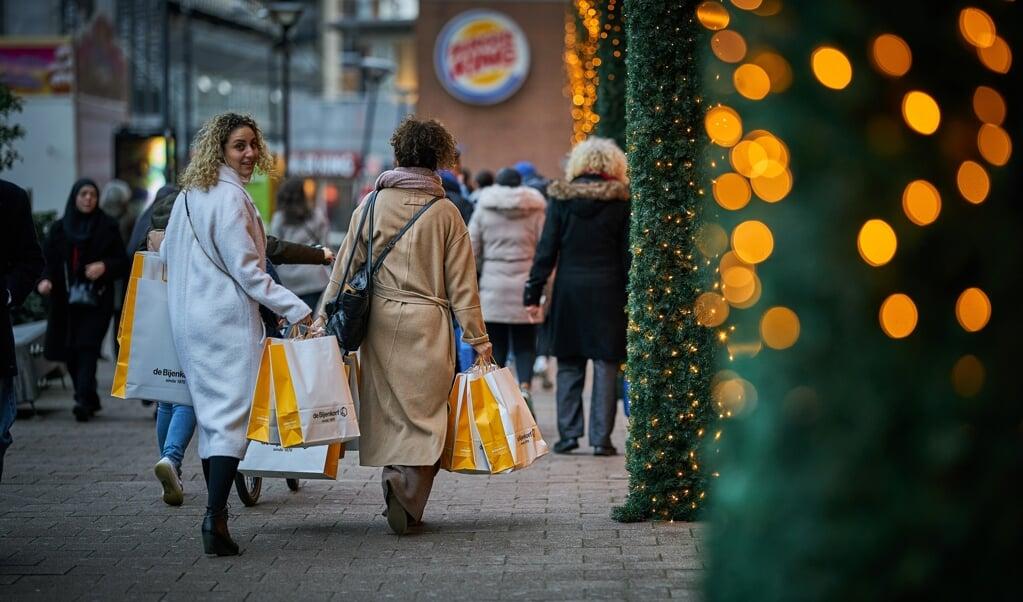Mensen doen nog snel even hun inkopen voordat de winkels moeten sluiten.  (beeld anp / Phil Nijhuis)