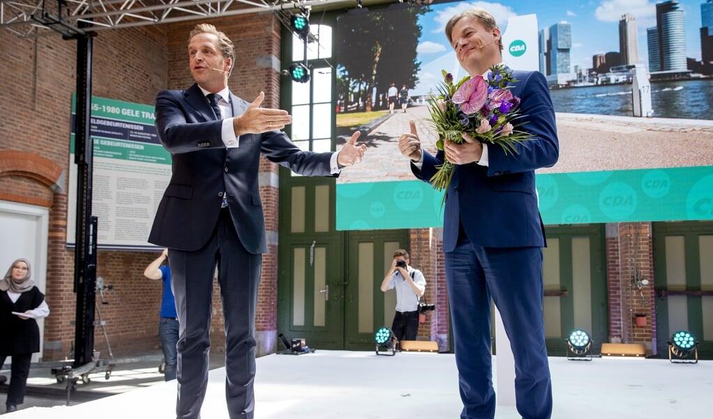 Hugo de Jonge en Pieter Omtzigt tijdens de bekendmaking van de uitslag van de tweede stemronde om het lijsttrekkerschap van het CDA.  (beeld anp / sem van der wal)