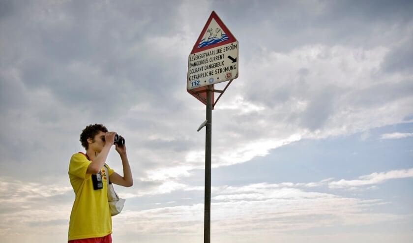 Een strandwacht bij Scheveningen.  (beeld anp / Ade Johnson)