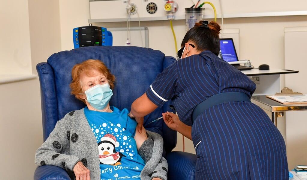 De 90-jarige Margaret Keenan is dinsdag in het Verenigd Koninkrijk als eerste persoon ingeënt.  (beeld epa / Jacob King)