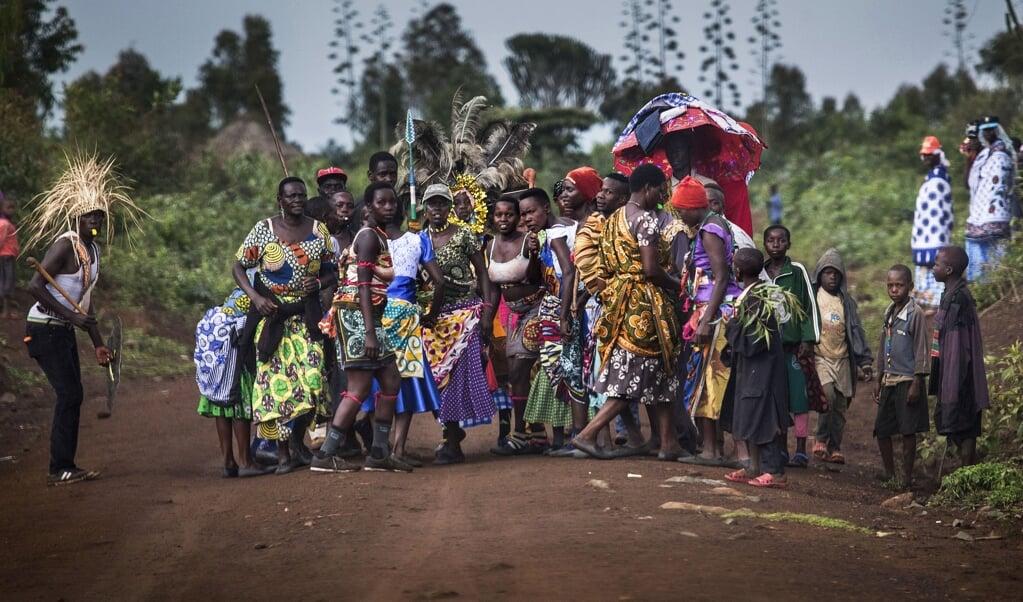 Een processie na de besnijdenissen. De besneden meisjes en jongens lopen onder paraplu's behangen met kleine cadeautjes.  (beeld terre des hommes / Arie Kievit)