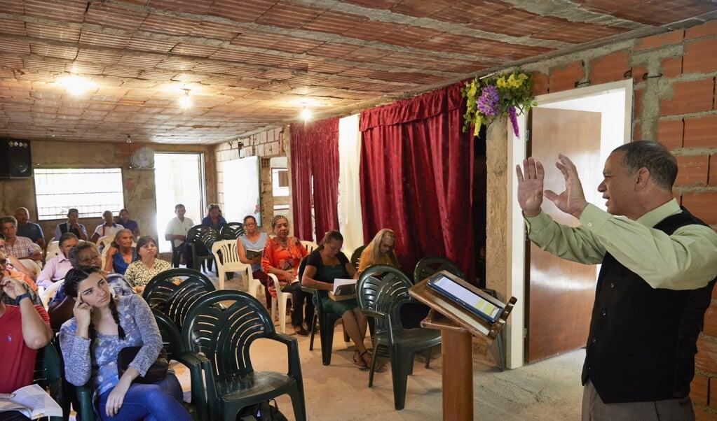 Parttime dominee Carlos Bello is voorganger van het gereformeerde kerkje in Maracay.  (beeld jaco klamer)