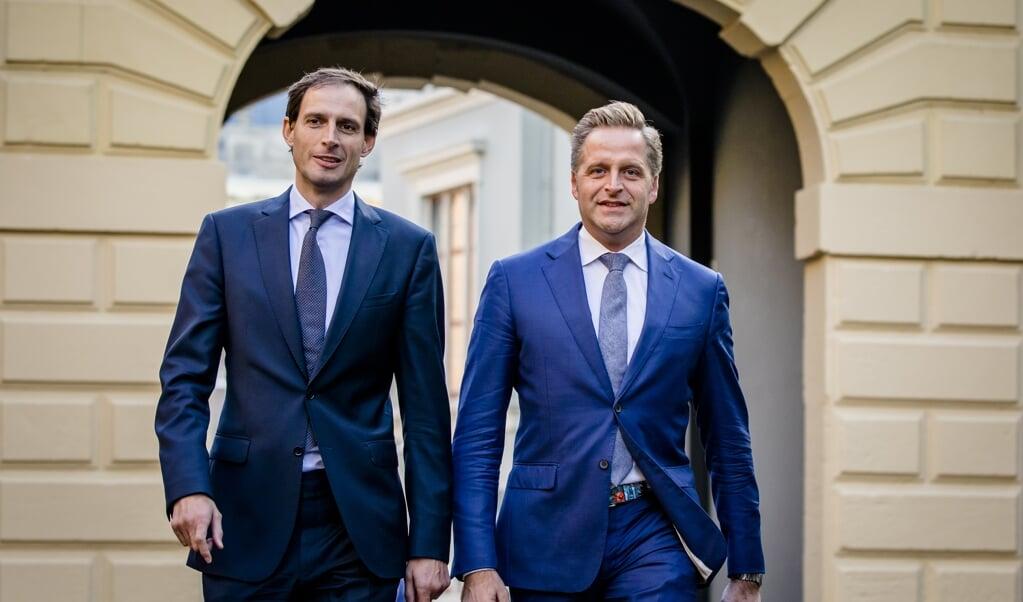 Archieffoto uit 2019: Wopke Hoekstra en Hugo de Jonge arriveren op het Binnenhof voor de wekelijkse ministerraad.  (beeld anp / Bart Maat)