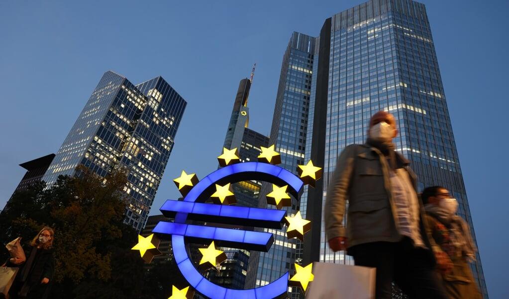 Het hoofdkwartier van de Europese Centrale Bank in het Duitse Frankfurt am Main. De bank is een sta-in-de-weg voor hervormingen van Zuid-Europese economieën.  (beeld Yann Schreiber / afp)