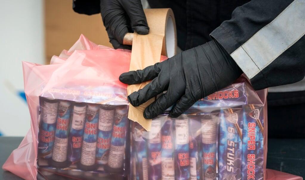 Ingeleverd vuurwerk wordt verpakt voor transport.  (beeld Freek van den Bergh)