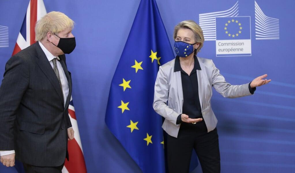 De Britse minister-president Boris Johnson, met de president van de Europese commissie, Urula von der Leyen.  (beeld Epa/ Olivier Hoslet / Pool)