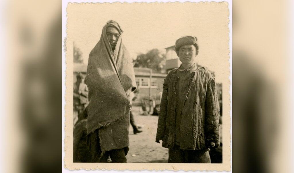 Het enige bekende fotootje waarop twee van de 101 Sovjetsoldaten in Kamp Amersfoort zichtbaar zijn.  (beeld archief eemland)