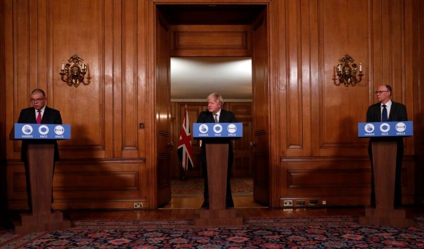 Boris Johnson (midden) noemde de goedkeuring van het vaccin een 'triomf voor de Britse wetenschap'.  (beeld afp / Heathcliff O'Malley)