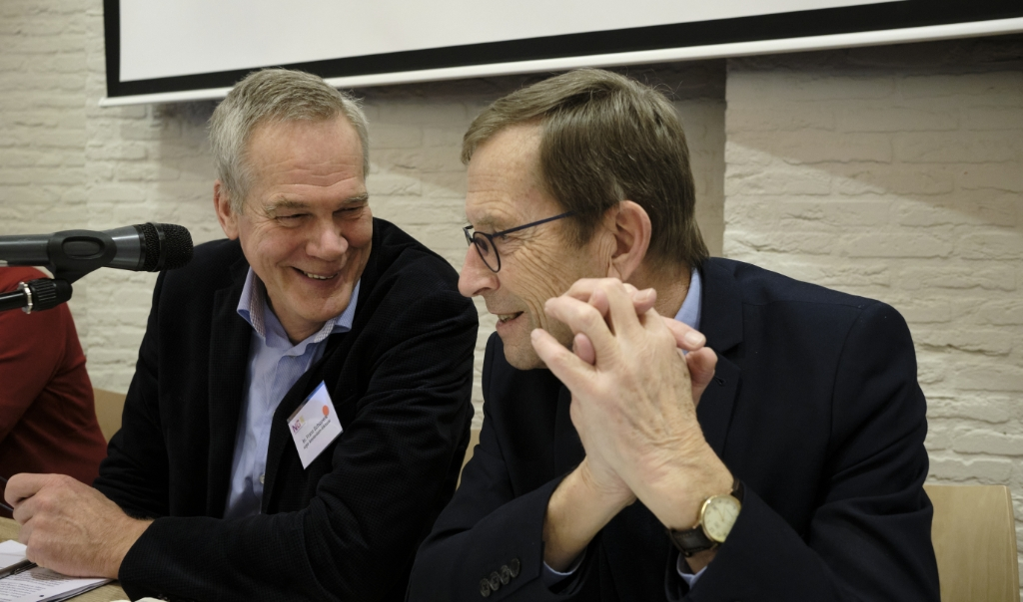 Voorzitters Frans Schippers (links) van de Nederlands-gereformeerde landelijke vergadering en Melle Oosterhuis van de vrijgemaakt-gereformeerde synode.   (beeld Dick Vos)