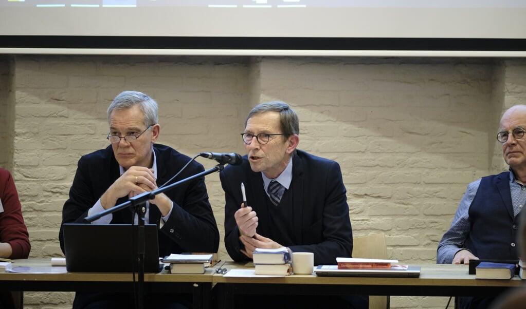 Voorzitters Frans Schippers (links, landelijke vergadering) en Melle Oosterhuis (synode), toen er nog fysiek vergaderd werd.  (beeld Dick Vos)