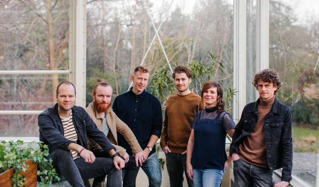 Van links naar rechts: Freek van der Brugge, Onne Crezee, Hessel Sollie, Pieter Bakker, Liesbeth Koedoot en Jelmer van der Veer.   (beeld Nienke van Denderen Fotografie)