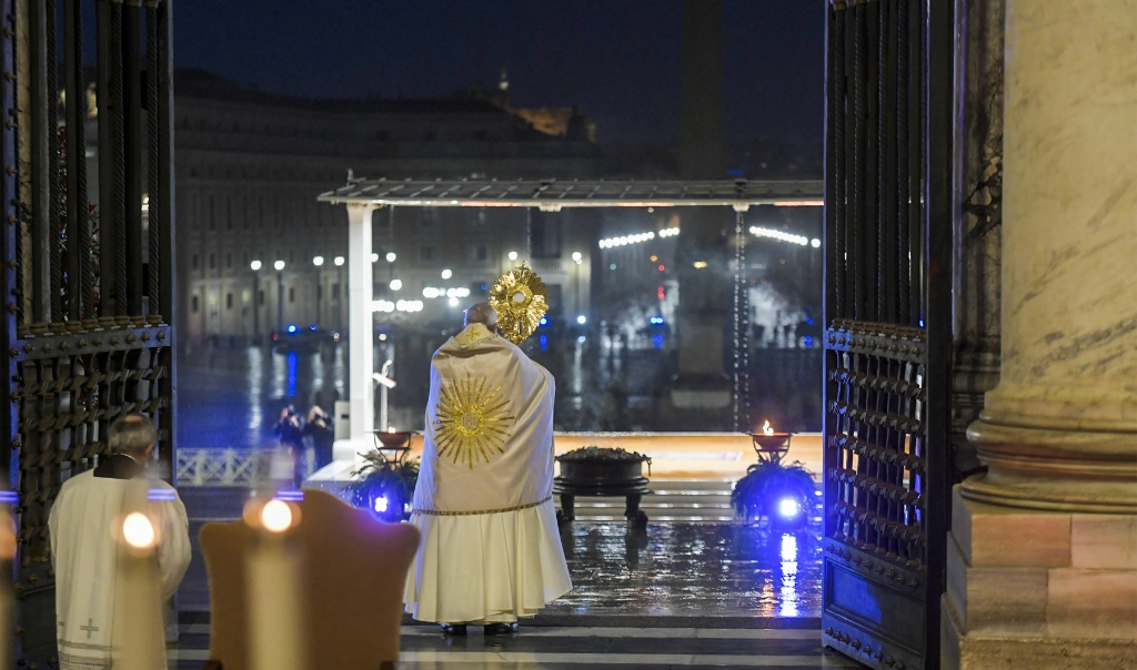 2020-03-27 18:52:10 This photo taken and handout on March 27, 2020 by the Vatican Media shows Pope Francis giving the Urbi et orbi Blessing after presiding over a moment of prayer on the sagrato of St Peter's Basilica, the platform at the top of the steps immediately in front of the façade of the Church, on March 27, 2020 at St. Peter's Square in the Vatican.  Handout / VATICAN MEDIA / AFP  (beeld Handout / Vatican Media / afp)