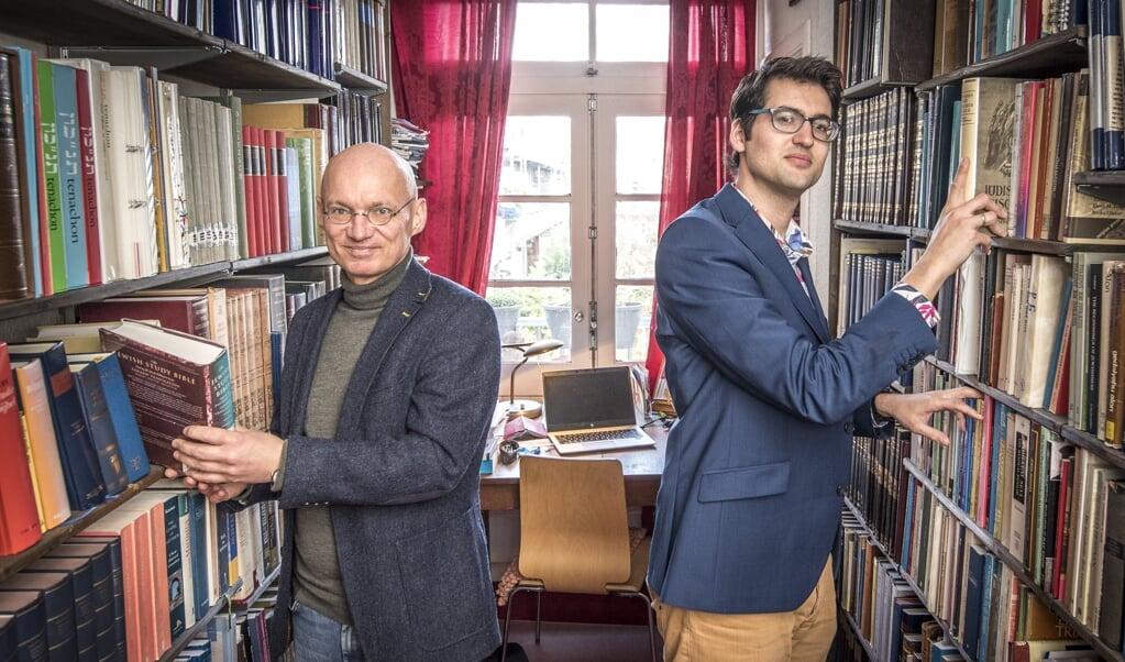 Eric Ottenheijm (links) en Martijn Stoutjesdijk zijn geboeid door de parabels van Jezus en uit de Joodse traditie. 'Het boeiende is dat je nooit precies de betekenis van een parabel weet.'  (beeld Martin Waalboer)