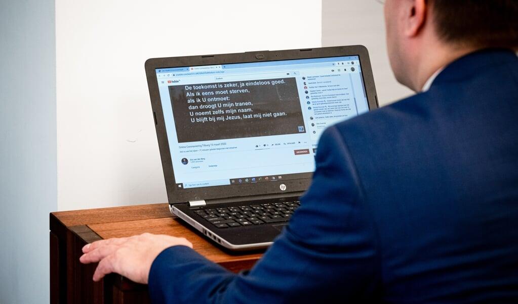 De Tilburgse dominee Otto Grevink tijdens de online coronaviering in de Opstandingskerk.  (beeld anp / rob Engelaar)