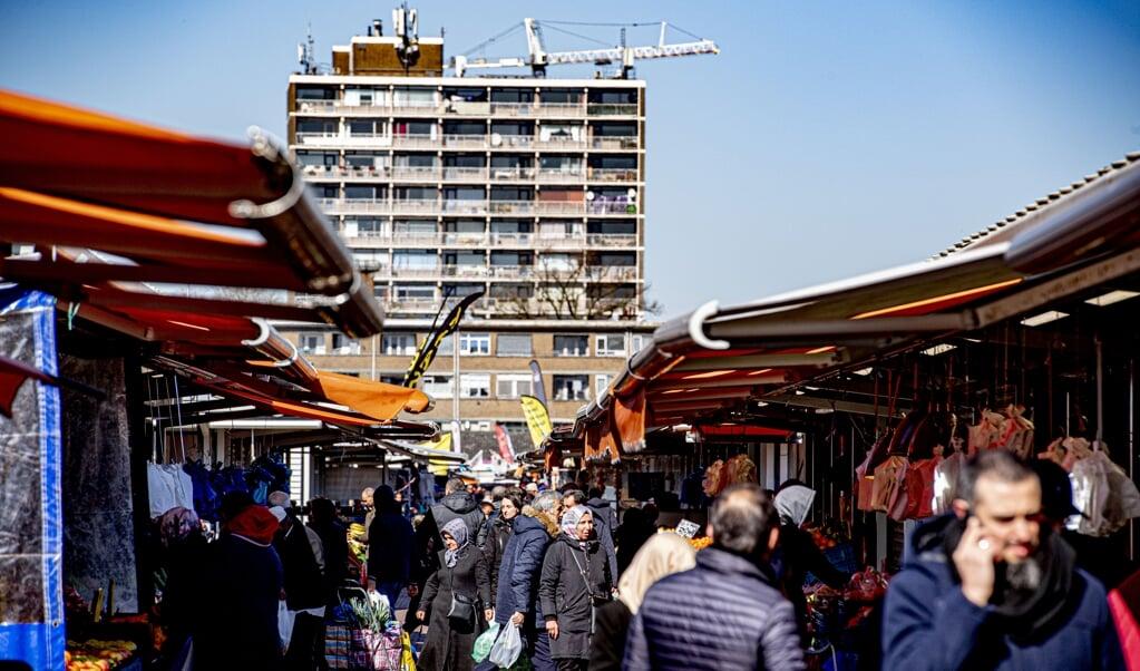 Een bomvolle Haagse markt.  (beeld anp / Robin Utrecht)