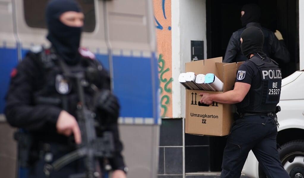Zwaar bewapende agenten doen vroeg in de morgen een in inval bij de Al-Irschadmoskee in Berlijn. Direct na het verbod op alle activiteiten van Hezbollah werd bewijsmateriaal in verschillende steden veilig gesteld.  (beeld Epa/Clemens Bilan)