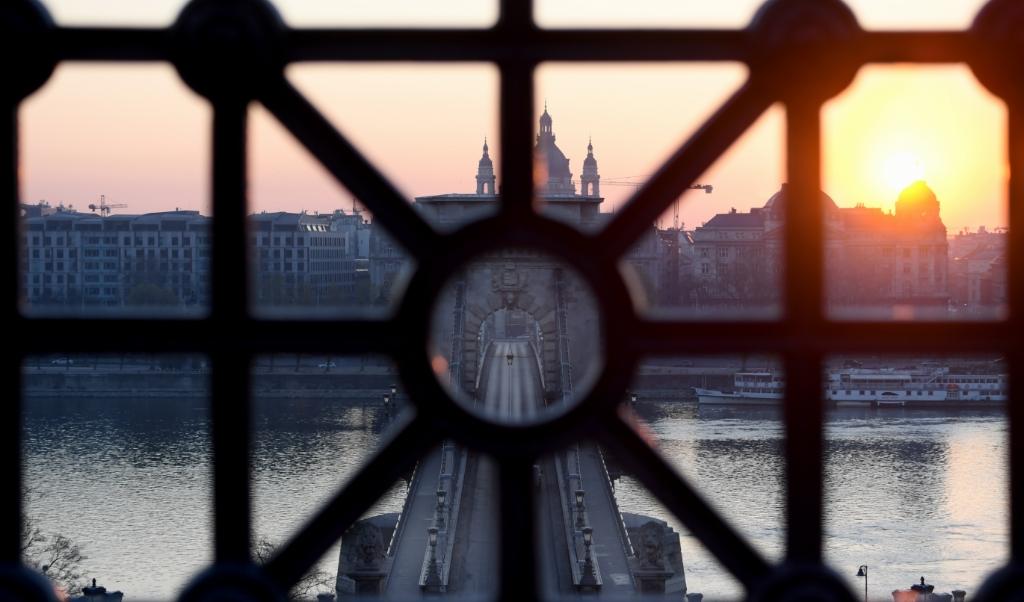 De Hongaarse premier Orban kan zich zeker aanpassen aan een meer democratische orde, maar heb ook begrip voor de geschiedenis die hij meetorst.  de Kettingbrug over de Donau in  Boedapest.  (beeld Attila Kisbenedek / afp)