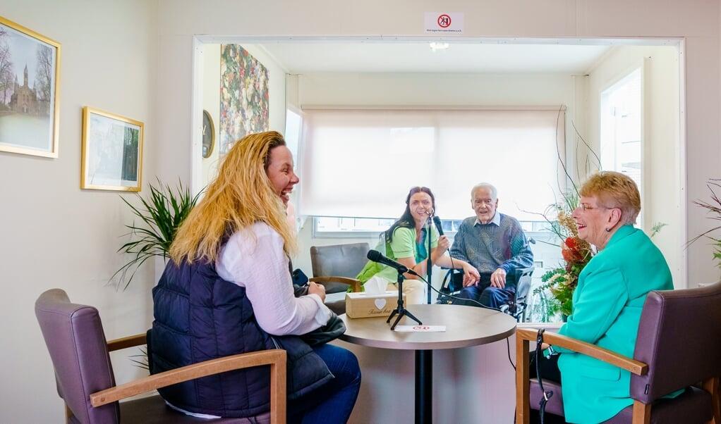 Amy Vink en haar dochter bezoeken hun vader en man Gerard Vink in de bezoekbox bij Centrum voor Wonen en Zorg Heidestede.  (beeld anp / Marco de Swart)