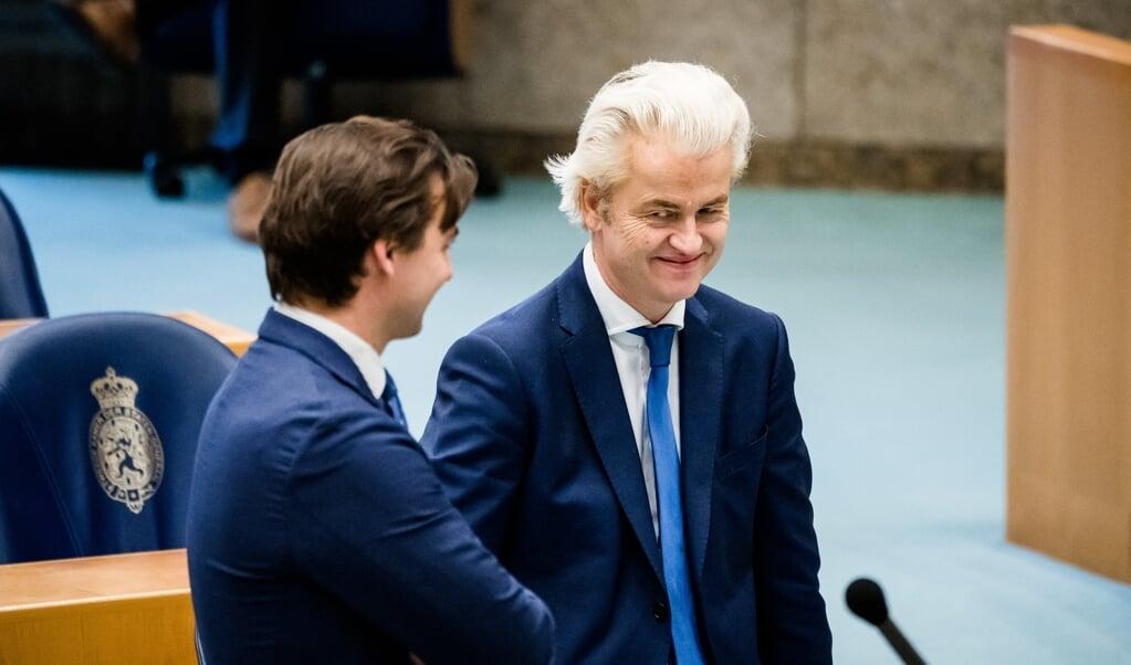 Geert Wilders (PVV) en Thierry Baudet (FvD) tijdens het Tweede Kamerdebat over de ontwikkelingen rondom het coronavirus.   (beeld anp / Bart Maat)