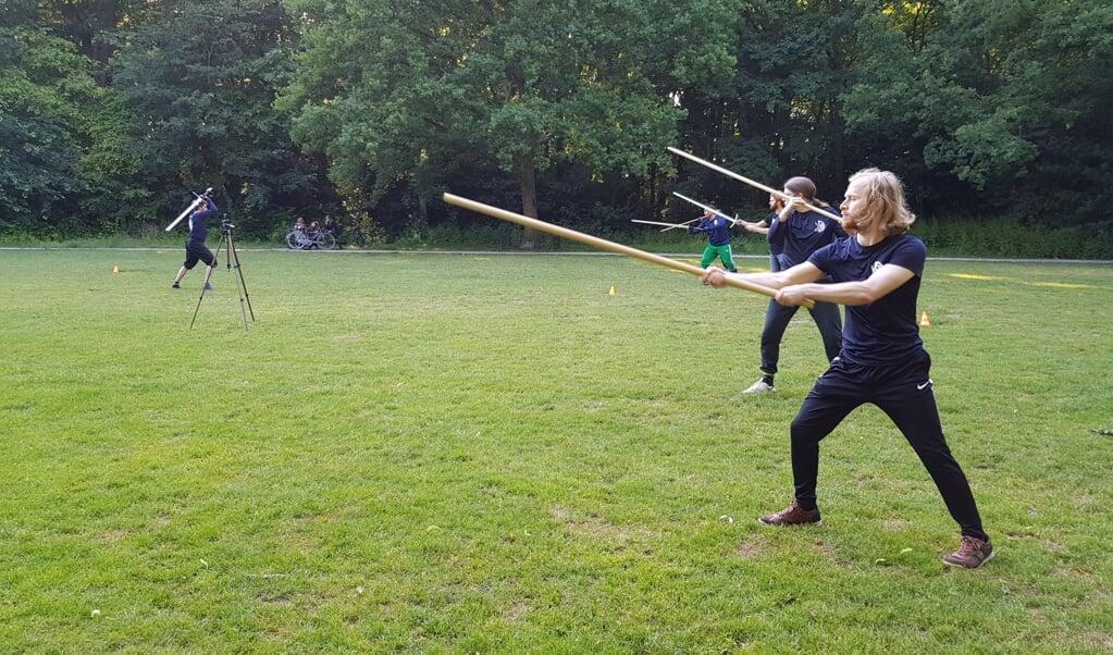 Een training met de montante, een lang zwaard uit de Middeleeuwen.  (beeld Martin de Jong)