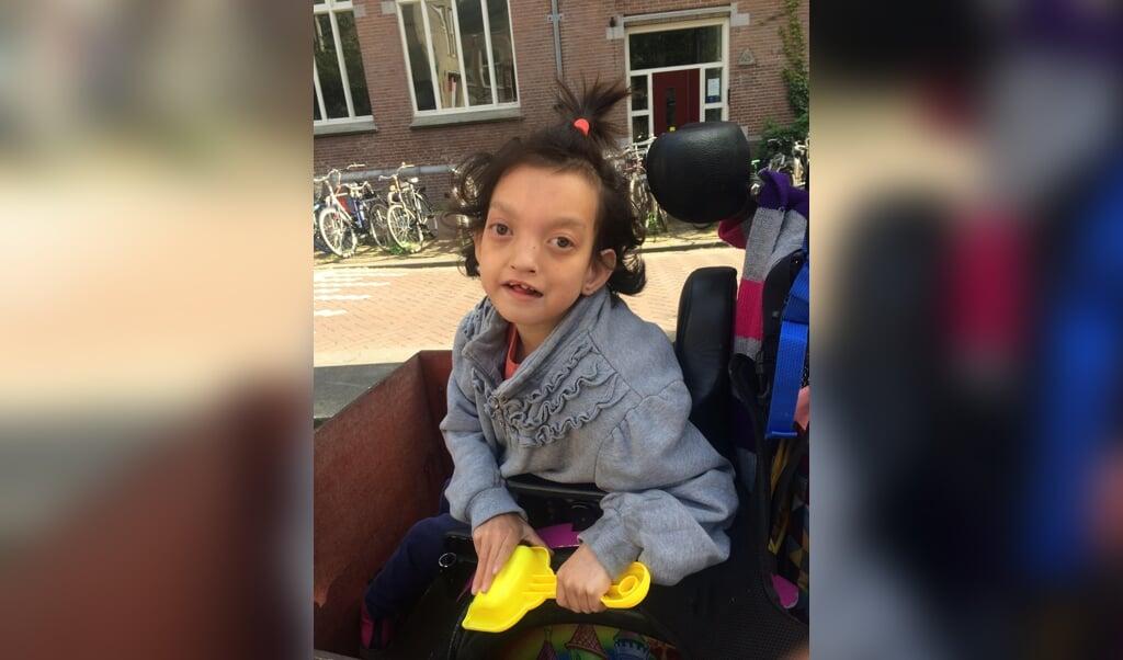 Jasmijn is niet kwetsbaarder voor het virus dan andere kinderen. Maar door de coronamaatregelen raakte ze wel haar rust en regelmaat kwijt.  (beeld Hanna Blom-Yoo)