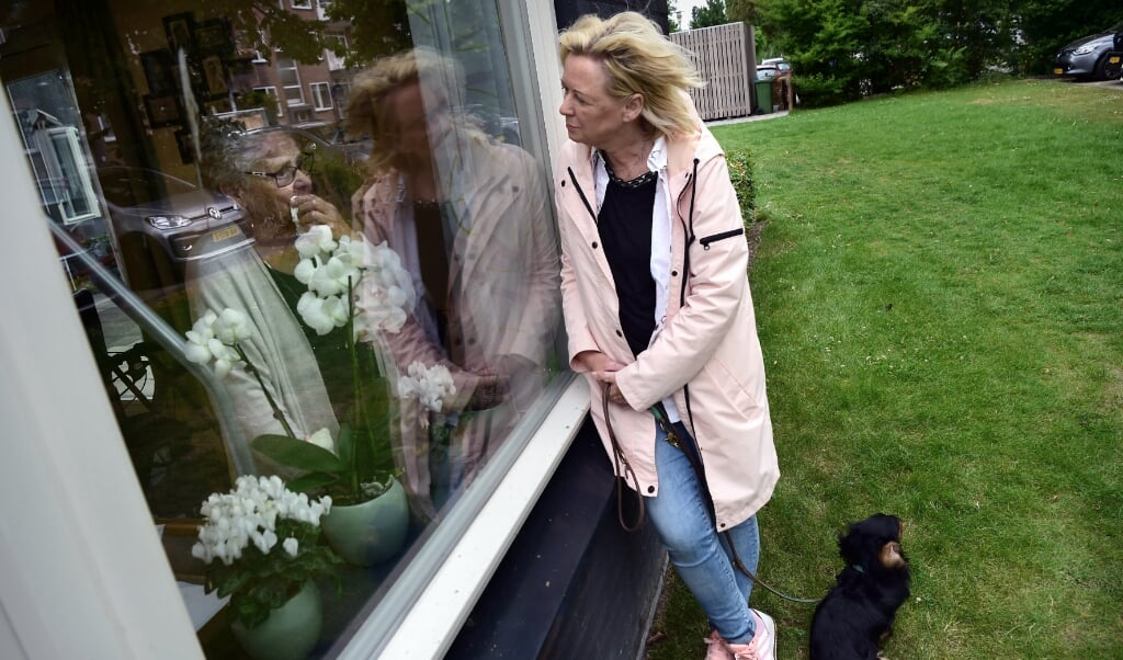 Sinds De Tweemaster weer op slot is, kunnen bezoekers alleen van een afstand contact hebben met de bewoners.  (beeld Marcel van den Bergh)