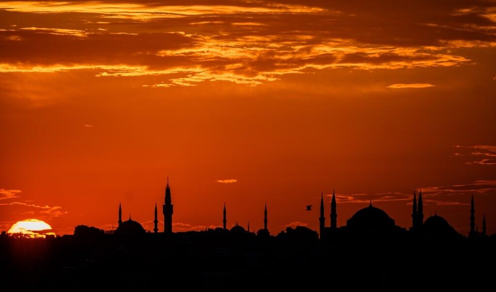 Zonsondergang boven de Hagia Sophia op 26 juli, de dag dat de voormalige kathedraal weer in gebruik genomen werd als moskee.  (beeld afp)