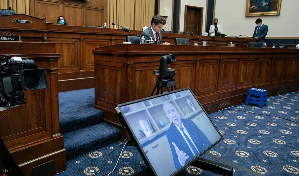 Amazonoprichter Jeff Bezos (op scherm) getuigt voor de commissie van het Amerikaanse Congres.  (beeld afp / Graeme Jennings )