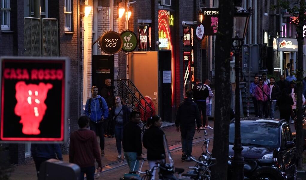 Prostitutie verbieden is geen oplossing, stelt onderzoeker Rebecca van der Veer. 'Sekswerkers gaan meer risico's nemen en worden kwetsbaarder. En dat is juist een van de grootste oorzaken waardoor mensen worden uitgebuit.'  (beeld afp / Kenzo Tribouillard)