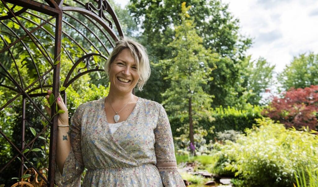 Tamara Straatman heeft een bijzondere boom in haar tuin.    (beeld Jeroen van Eijndhoven)