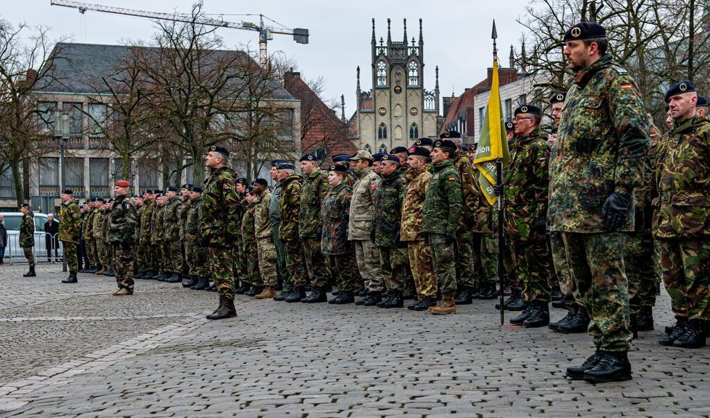 Militairen van het Duits-Nederlandse Legerkorps staan aangetreden voor hun hoofdkwartier in Munster. Het 25-jarig bestaan van het korps wordt deze week bescheiden gevierd.   (beeld 1gnc)