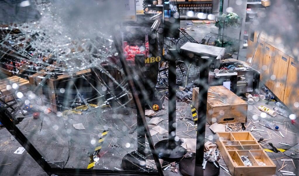 Grote schade en plunderingen bij een Jumbo City in het centraal station van Eindhoven na ongeregeldheden in de binnenstad van Eindhoven.  (beeld anp / rob Engelaar)