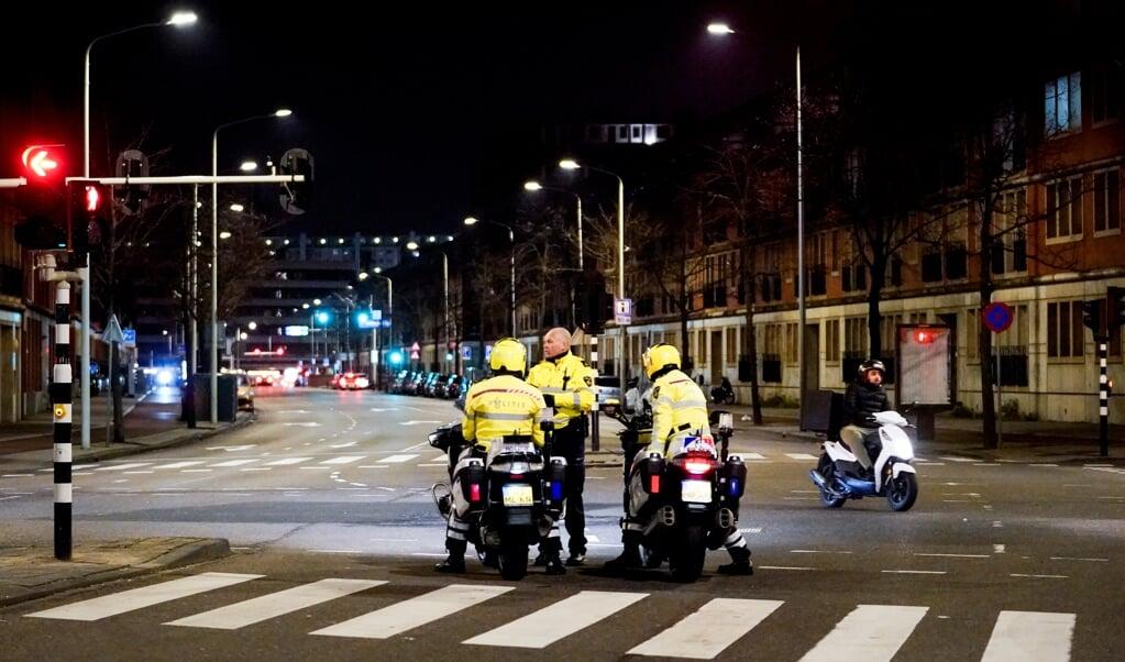 Politie houdt een oogje in het zeil, daags na een onrustige nacht in de Haagse Schilderswijk.   (beeld anp)